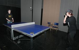 På scenen i Folkets Hem har den nya ungdomsgården sitt pingisbord. Här är det Johan Hansson och Teddlie Blom som spelar en match.
