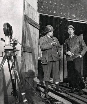 Bilden är tagen vid Rudgruvan i Semla i samband med inspelningen av filmen Stålet och arbetets stad 1943. Från vänster, Arne Lagercrantz, filmfotograf, och Rune Lindström.