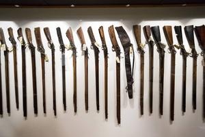 Murberget har Nordens största samling av allmogevapen och visar några av dessa i den nya utställningen