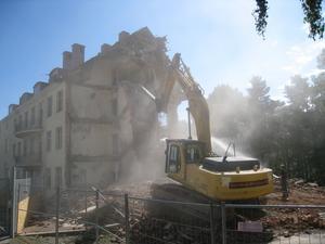 Nu pågår rivningen av Hudklinikens gamla byggnad (ing 5) bakom gamla lasarettet