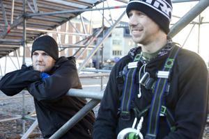 Martin Lundin. till höger, och Tobias Jernberg startade under torsdagen bygget av den jättelika Snowboardrampen.