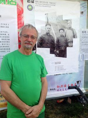 Konstnären Janeric Johanssons två meter höga målning, där en hällristning av en älg från Gärdesån i Offerdal finns med, hänger permanent på Yangshao Cultural Museum i Kina.