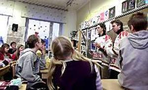 Brynässpelarna Ove Mohlin och Adam Andersson delade ut diplom till alla klasser i Hagaströmsskolan i december förra året. De var dagens överraskning där hälso- och miljöprojektet