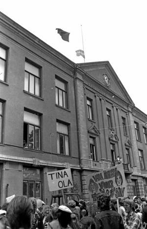 En röd flagga vajar över Karolinska skolan, Karro. Det är studentprotest i 1970-talets Wadköping.
