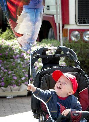 Ballongglädje. Lille Albin Källman fick en Batmanballong och blev jätteglad när han besökte marknaden på lördagen.