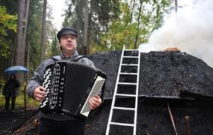 Peter Resare tände först milan och spelade därefter magorgel och sjöng Dan Andersson.