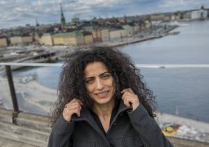 Helen Al Janabi, ursprungligen från Syrien, har startat Arabiska Teatern, en teatergrupp som gör dramatik på arabiska i Sverige.