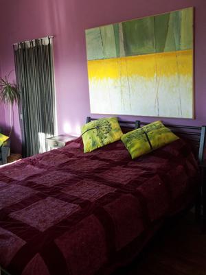 Sovrummet, även det i starka färger. Colette Luotsinen är inte förtjust i de helvita hem som ofta förekommer i inredningsreportage.