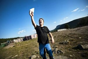 –Det är inte Härjedalen, det är inte Funäsdalen. Det är Mittådalen han kommer ifrån. Men vi kan använda Jon Henrik i Härjedalen. Nä, vi är väldigt stolta över Jon Henrik, över det han har gjort. Jag är jätterörd över det du har gjort Jon, du har gjort en bragd, säger samebyns ordförande Magnus Rehnfeldt.