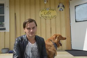 Pontus Silfwer med hunden Neo utanför klubbens fik; Café Frejknuten.