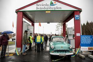 Macken i Svärdsjö är äntligen invigd och första bilen är tankad.