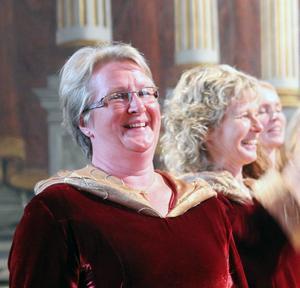 Domkantor Petra Bjørkhaug är med i kören och bjöd också på flera orgelimprovisationer och ett nutida orgelstycke under konserten i Hudiksvall.