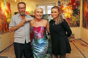 Konstnären James Bates, modellen Petra Baastad och designern Rebecka Eriksson har tillsammans gjort en klänning av James Bates målning. Nu är tanken att samarbetet ska fortsätta och att fler kläder ska skapas.