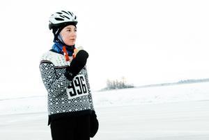 Bella Lagrange under ett stopp för att fylla på energi under förra årets Ice race vintage, där den då 18-åriga örebroaren var en av endast tre åkare som tog sig runt de 20 milen (arkivfoto).