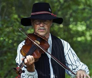 Fiolmusik till invigningen. Nisse Karlsson spelade gånglåt från södra Dalarna och en polska från Boda. Foto:Mikael Forslund