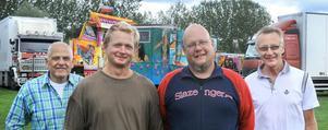 Knallarna Torbjörn Sjöstedt och Jan Pettersson, flankerade av marknadsarrangörerna Sven-Olov Wiklund och Yngve Norgren.