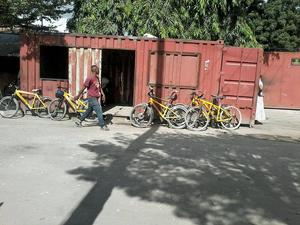Inne i den roströda containern döljer sig en restaurang som bjuder på traditionell swahilifrukost.   Foto: Sodia Hallonsten