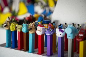 En samling med barnens Pez blir en färgklick och ett blickfång på den öppna spisen.