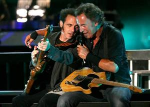 """Nils Lofgren ser sig inte som en bakgrundsfigur. """"Jag står ju längst fram bredvid Bruce, med 30 instrument. Jag skulle sabba rätt mycket om jag gjorde nåt fel"""" skrattar han."""