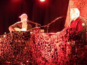 Martin Tallström, gitarr och Benneth Fagerlund, piano stod för förnämligt komp till Ronny Erikssons låtar.