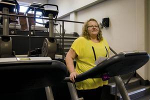 Annica Martin värmer upp inför träningspasset på gymmet, efter tre månader är både axlarna och ryggen bättre. Men projektet pågår till augusti nästa år.