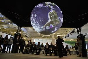 I dag är sista dagen för klimatmötet i Paris. Att insistera på att ta fram ett legalt bindande avtal är att riskera hela den process som världen med så stor möda mejslat fram, menar artikelförfattaren.