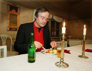 Sten Gauffin, som är ansvarig för restaurang Hov i Östersund, har skrivit om konsten att äta ett julbord.