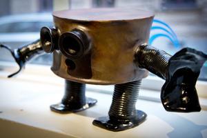 Emil Österholm skulpterar små och stora robotar.