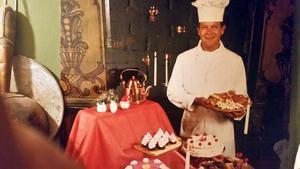 Robert Bergvall gillade kanske mest att baka tårtor, men här syns han med ett gäng juliga bakverk. Robert är i trettioårsåldern och bilden ingick i ett tidningsreportage. Bild: Privat