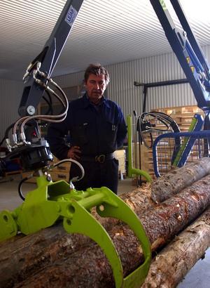 Ny produkt. Den senaste i raden av produkter från Edvin Larssons Mekaniska är den timmerkran för fyrhjulingar som rönt ett stort intresse bland skogsägare i mindre skala.