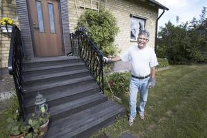 """Adressbyte. Åke Cabander har bott på Hantverkaregatan i Kolbäck i 39 år. Snart byts gatunamnet till Södra Hantverkaregatan. """"Det är bra att namnet inte byts helt"""", säger han. Foto: Lina Bergling"""