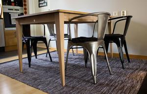När Johanna och Oliver sålde majoriteten av sina möbler inför flytten  var de överens om att stolarna i industristil skulle med till den nya lägenheten. De är favoriter som de inte vill vara utan.
