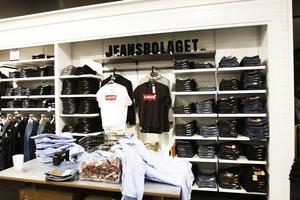 Butikerna ligger kvar i samma lokaler, med samma personal och med samma fokus: jeans.