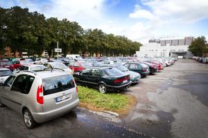 Parkeringsytan mellan Baltichuset och Gevalia är ofta fullpackad med bilar. Nu ska kommunen göra om det till betalparkering och hoppas på så sätt få bort en del av bilarna.
