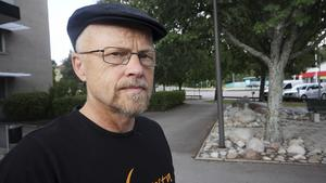 Stig Henriksson (V) ifrågasätter att utredningstiden för branden kortats till ett halvår. Han är också kritisk till att MSB, Myndigheten för samhällsskydd och beredskap, som själva deltog i brandbekämpningen, numera ansvarar för utredningen.