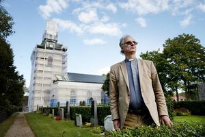 Kyrkoherde Lars Huss tycker att politikerna i de stora partierna har varit fega.