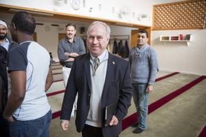Landshövdingen Per Bill ska tillsammans med länets toppchefer ta fram en handlingsplan mot våldsbejakande extremism. En viktig samarbetspartner är Al-Rashideen moskén i Gävle, som han besökte förra veckan.