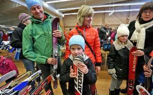 Herman Karlsson 7 år, hittade direkt vad han ville ha. Ett par snygga slalomskidor. Pappa Stefan och mamma Cecilia var med som smakråd. Foto: Johnny Fredborg