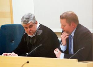Göran Lindberg häktades på torsdagen av Södertörns tingsrätt på sannolika skäl misstänkt för flera sexbrott. Till höger advokat Karl Harling.