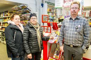 Barbro Westling (mitten) och Charlotta Isaksson (vänster) i Los tycker att kvällstidningen ska komma. Johan Svensson på butiken har lagt mycket tid i dagarna på styra upp leveransbekymmer till följd av Bussgods konkurs.