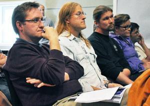 Motståndarna mot projektet lyssnade uppmärksamt och ställde frågor. Närmast Mikael Sundman, som bland annat samlat in cirka 550 namnunderskrifter för en folkomröstning, vilket dock inte kommunpolitikerna låtit sig påverkas av.