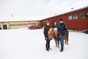 Ridläraren Alicia Sundström och ridskolechefen Sofia Lederud ser fram emot sportlovsveckan.