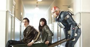 Kenny Starfighter (Johan Rheborg) åker till Jorden för att rädda Pontus (Bill Skarsgård) och Miranda (Carla Abrahamsen) undan prisjägarna.