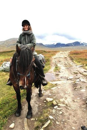 ÖP:s reporter Karin Johansson tog sig också fram till häst.