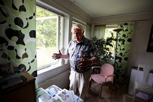 Jan-Eric Håkansson måttar med händerna storleken på den kniv som han tror att tjuven hade med sig in. Han tror att den föll ut genom fönstret under handgemänget.