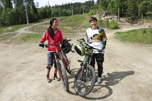 Cykelcoachen Hanna Jonsson och cyklisten Maria Horwitz vid Järvsöbackens fot.