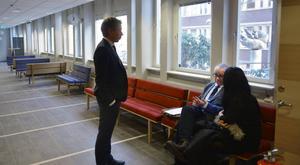 I en paus under rättegången samtalar den 23-åriga kvinnan med målsägarbiträdet Per Näslund och kammaråklagare Jens Göransson.