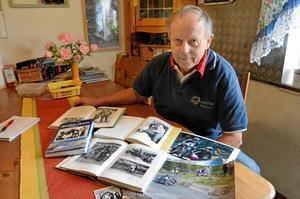 Författare. Leif Rosell, berättare och roadracingåkare från Ribboda, har gett ut sin fjärde bok som heter Spridda skurar.
