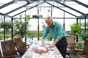 Bo Rappne behöver aldrig tveka om han ska fika ute. I växthuset går det att sitta även om det regnar.
