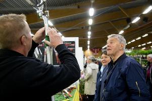 Kenneth Dückhow med hustrun Ingvor vill klippa trädgrenar. Till det krävs rejäla verktyg.